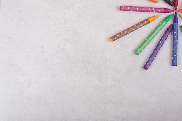 白い背景の上のカラフルなクレヨン