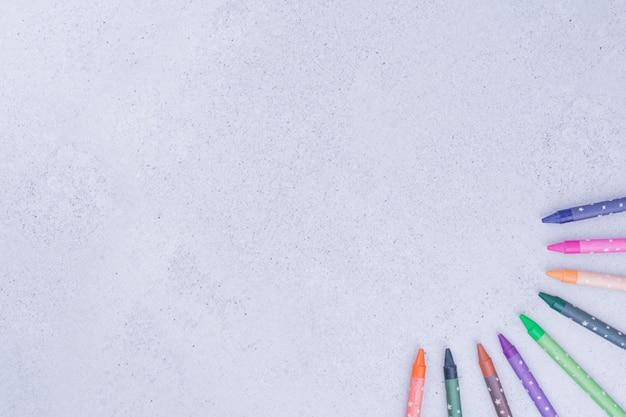 Pastelli colorati o matite su grigio.