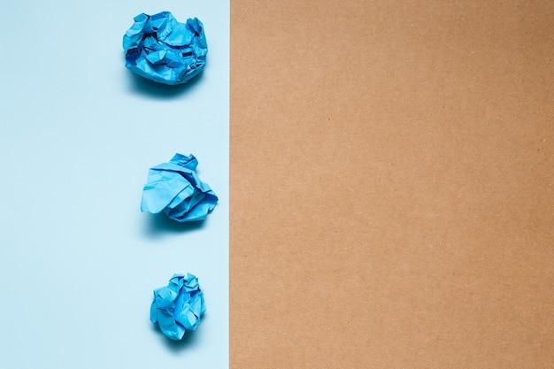 カラフルなしわくちゃの紙のボール