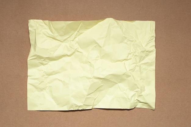 クラフト紙にカラフルなしわくちゃの紙