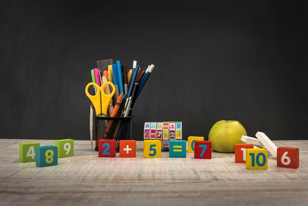 Красочные кубики с разными цифрами заделывают. концепция образования