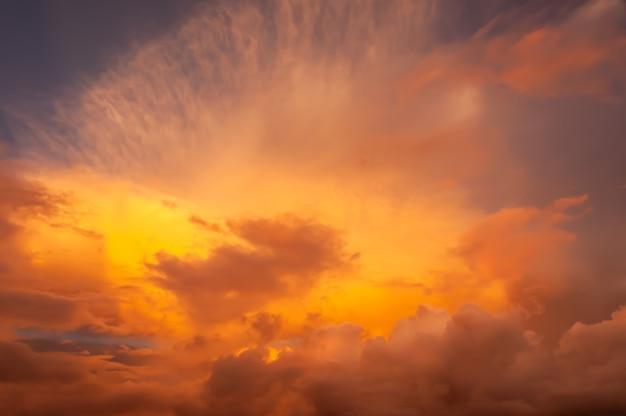 日光に照らされた暖かいグラデーショントーンのカラフルな積乱雲と巻雲
