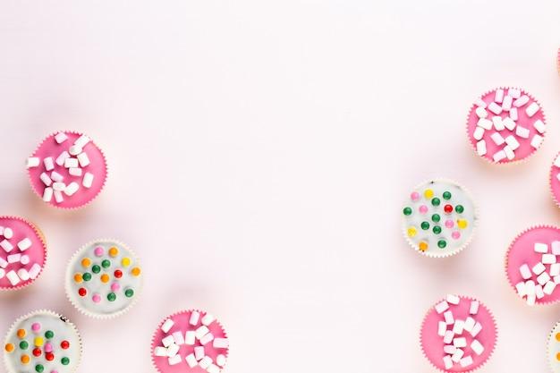 白地にカラフルなカップケーキ