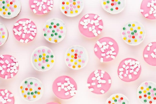 白地にカラフルなカップケーキ。