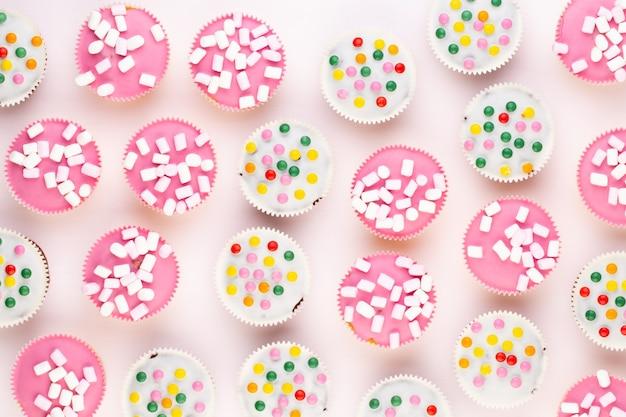 カラフルなカップケーキ。
