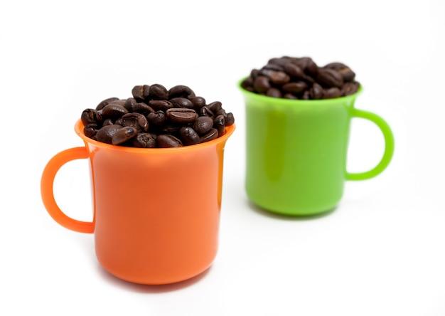コーヒー豆とカラフルなカップ
