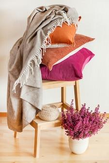 カラフルなクッションが居心地の良い家の秋の気分の花を投げます
