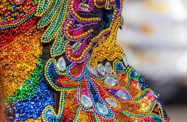 Красочный декор на карнавальных нарядах в перу, южная америка