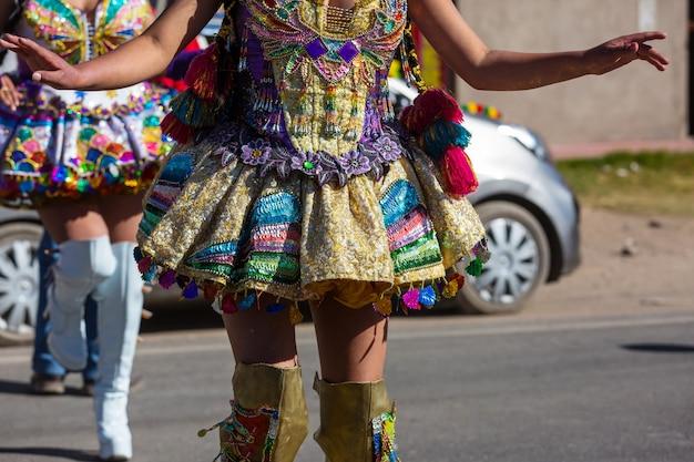 南米ペルーのカーニバルドレッシングのカラフルな装飾