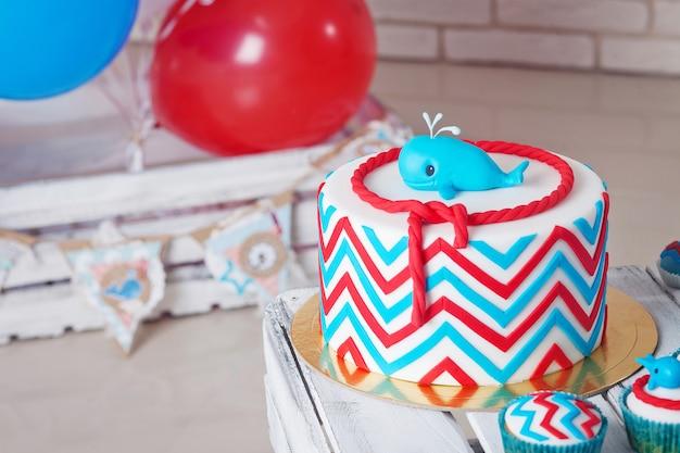 Красочное украшение торта на день рождения первого года.