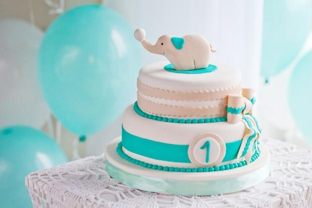 Красочное украшение торта на день рождения первого года жизни