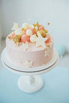 1年目のバースデーケーキのカラフルな装飾。