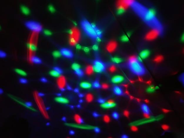 Красочные расфокусированные светодиодные фонари на черном фоне.