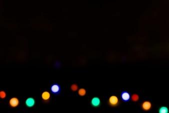 Красочные расфокусированные лампочки на черном фоне