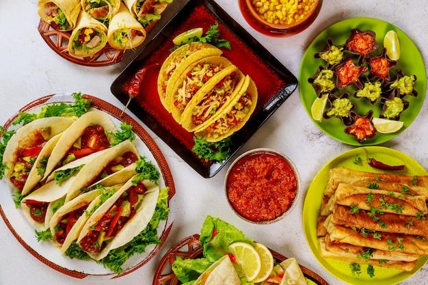 Красочные блюда из кукурузных лепешек, ракушек тако мексиканской кухни.