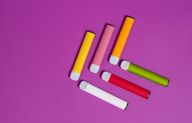 紫のカラフルな使い捨て電子タバコ