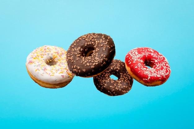 공중에서 비행하는 다채로운 도넛