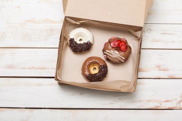 Красочные пончики в коробке