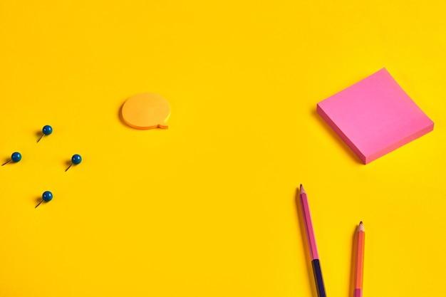 カラフルな両面鉛筆、オレンジとピンクの付箋