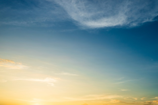 日没時の雲とカラフルな劇的な空。雲の背景と美しい空