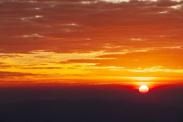 夕暮れ時の雲とカラフルな劇的な空。
