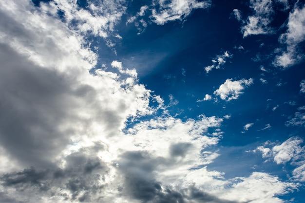 일몰에 구름과 함께 다채로운 극적인 하늘