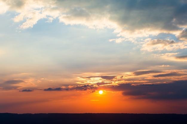 Красочное драматическое небо с облаками на закате