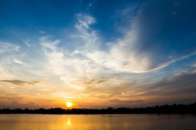 Красочное драматическое небо с облаком на закате