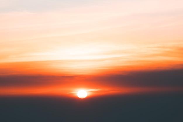 日没時の雲とカラフルな劇的な空。