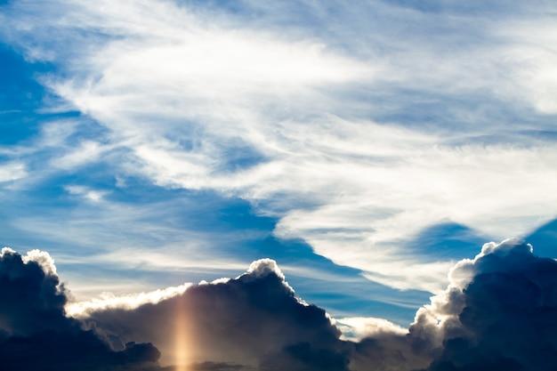일몰에 구름과 함께 다채로운 극적인 하늘입니다.