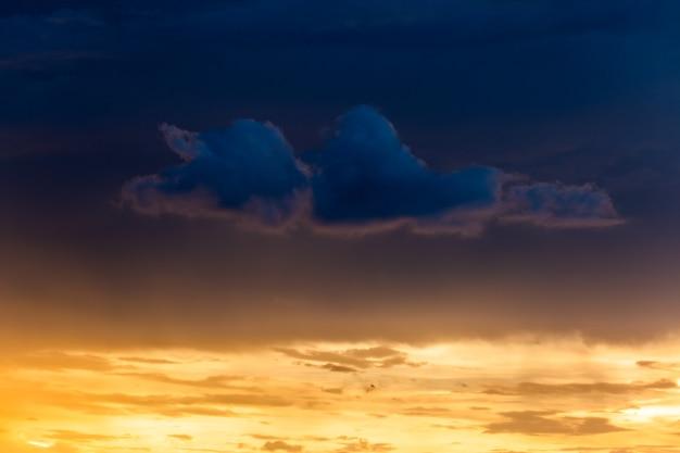 Красочное драматическое небо с облаком на закате.