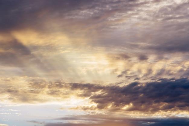 Красочный драматический восход солнца с облаками, небо, яркий горизонт, горящее небо, утренняя идиллическая сцена