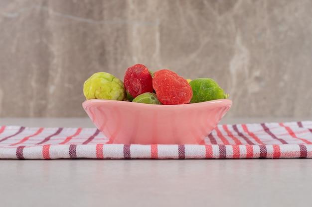 핑크 컵에 다채로운 말린 된 열매입니다.