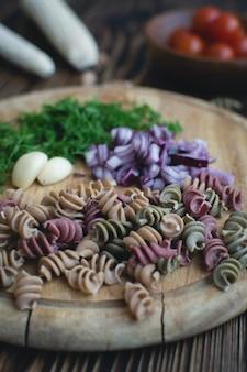 Красочные сушеные макароны с укропом и луком