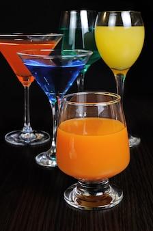 さまざまなグラスのカラフルな飲み物