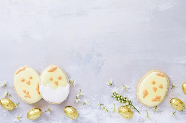 색된 계란과 부활절 회색 돌에 베이킹 다채로운 부활절 배경