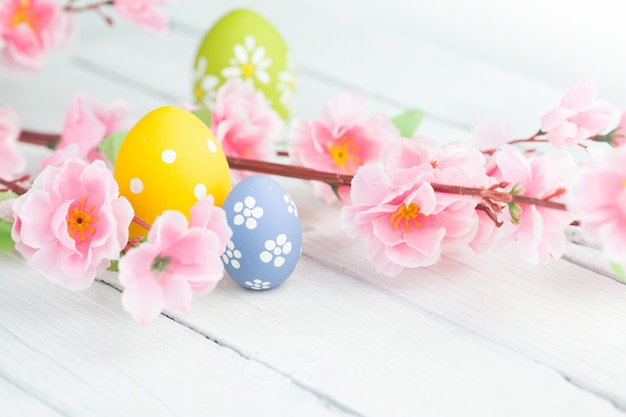 Красочные пасхальные яйца и ветка с цветами