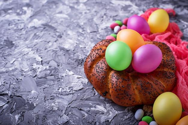 다채로운 부활절 달걀과 고리 버들 세공 빵