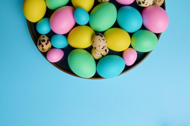 블루 테이블, 평면도에 그릇에 다채로운 부활절 달걀.
