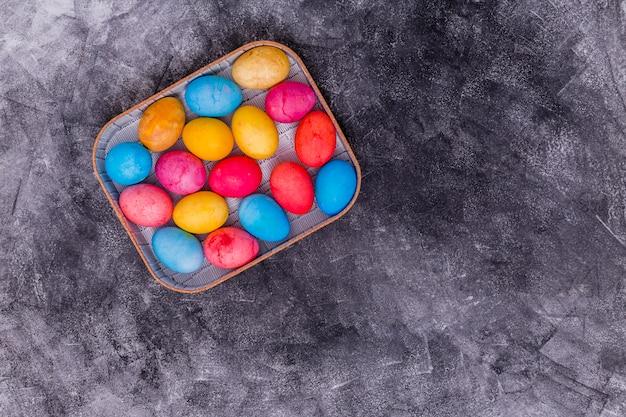 회색 테이블에 상자에 다채로운 부활절 달걀