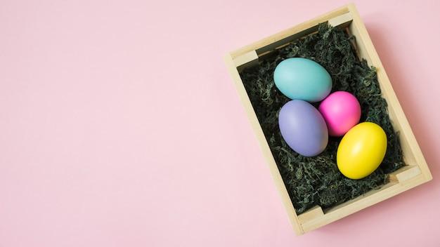 테이블에 상자에 다채로운 부활절 달걀