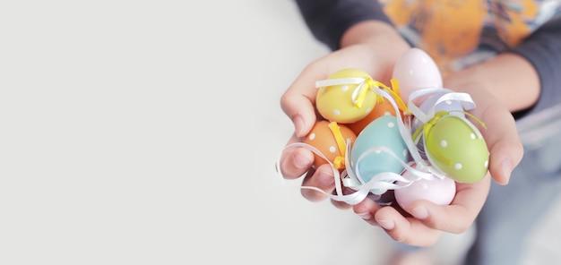 텍스트, 소프트 포커스 및 빈티지 색상 톤 복사 공간 자식 손에 다채로운 부활절 달걀.