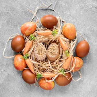 건초 바구니에 다채로운 부활절 달걀