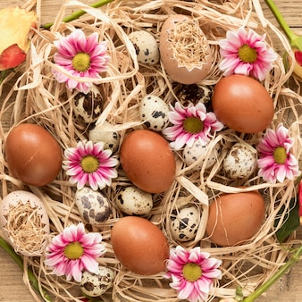 Красочные пасхальные яйца в корзине сена