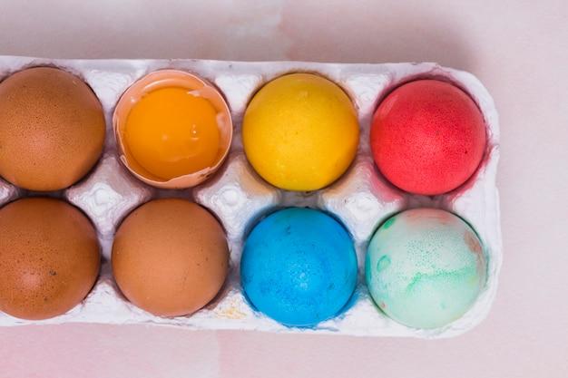 테이블에 선반에 다채로운 부활절 달걀