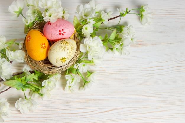 밀 짚 둥지 및 지점에 다채로운 부활절 달걀
