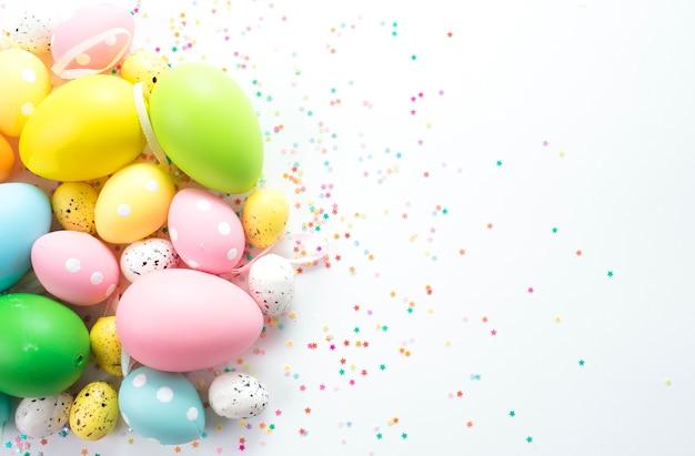 Красочные пасхальные яйца лежат на светлом фоне.