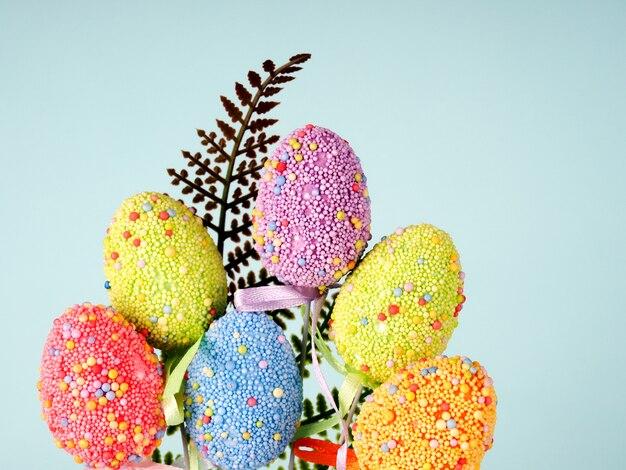Красочные пасхальные яйца на синем фоне.
