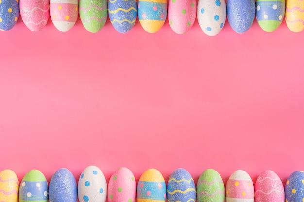 Красочные пасхальные яйца на розовом пастельном цветовом фоне