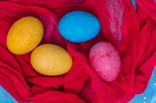 붉은 천으로 다채로운 부활절 달걀